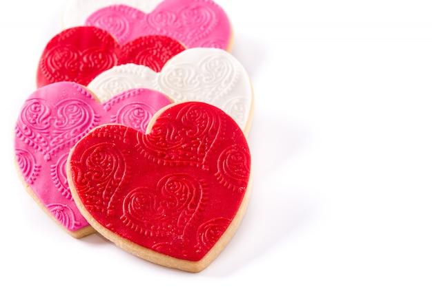 白い表面に分離されたバレンタインデーのハート型のクッキー。