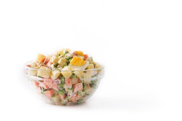 クリスマスの伝統的なロシア風サラダ。白で隔離オリビエサラダ。