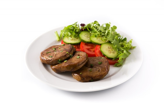 Сейтан с овощами изолированы. поддельное мясо.