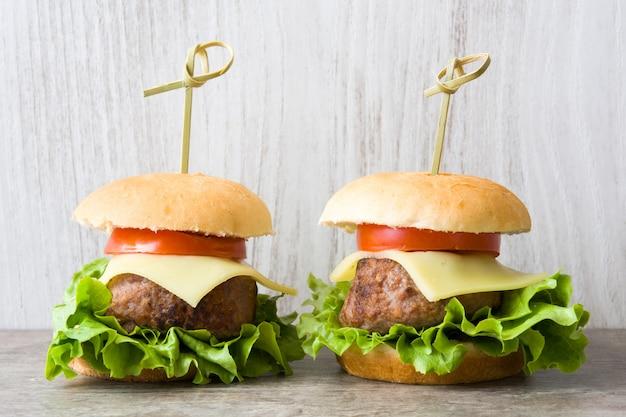 木製のテーブルに野菜とチーズのハンバーガー