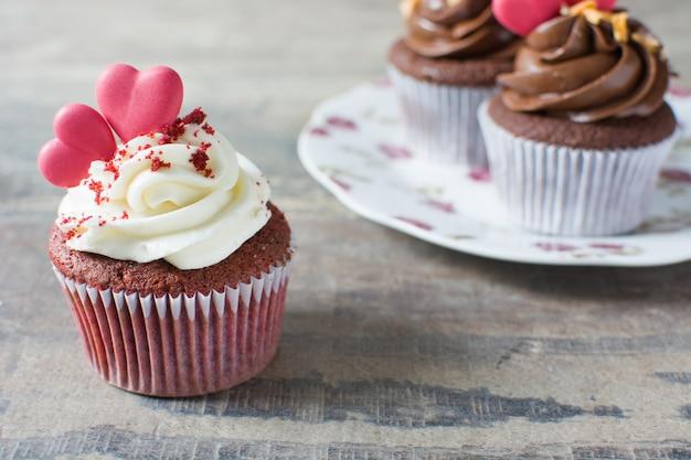 木製のテーブルにバレンタインのカップケーキ