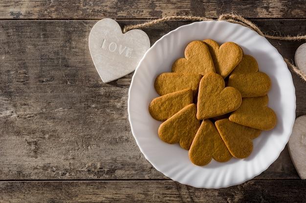プレートとペンダントにハート型のクッキー