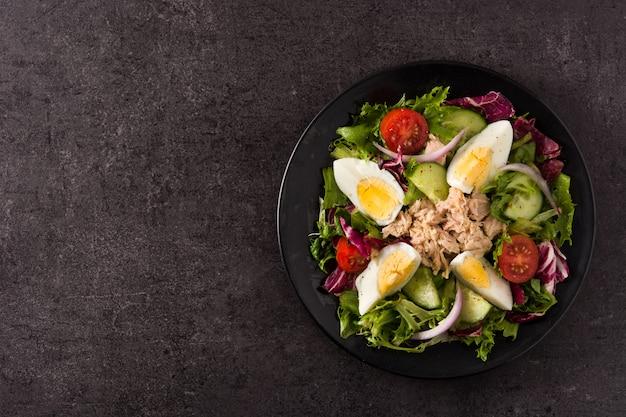 マグロ、卵、野菜のサラダ