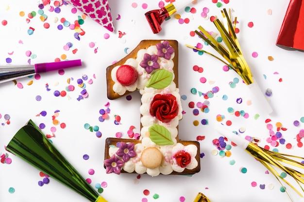 花と紙吹雪のクッキーで飾られたナンバーワンのケーキ