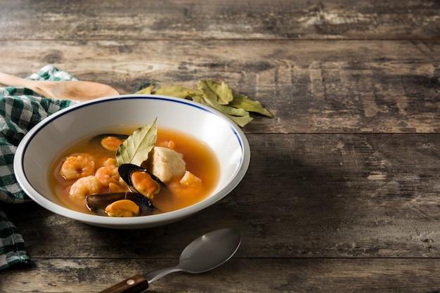 木製のテーブルにフランスのブイヤベーススープ