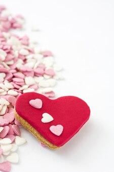 キャンディーとハート型のバレンタインクッキー