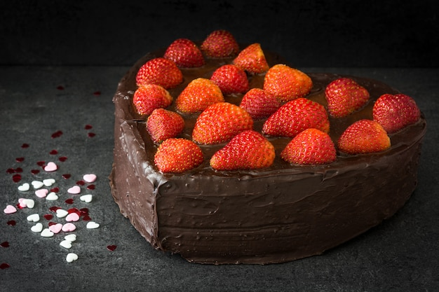 ハート形のバレンタインの日または黒の背景に母の日ケーキ