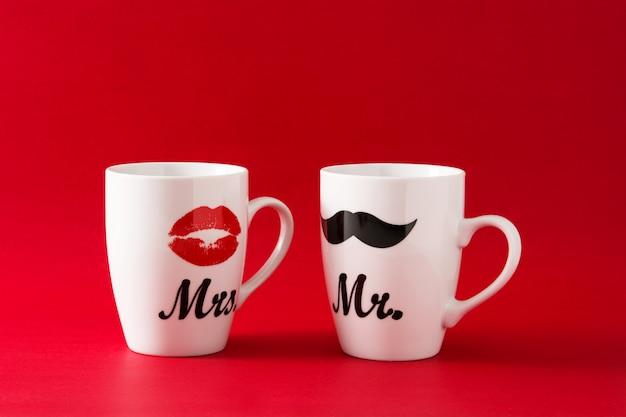 赤のバレンタインデーの口ひげと唇のマグカップ