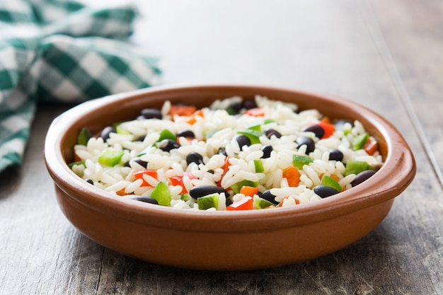伝統的なキューバ米、黒豆、コショウ