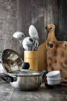 木製のテーブルの調理器具