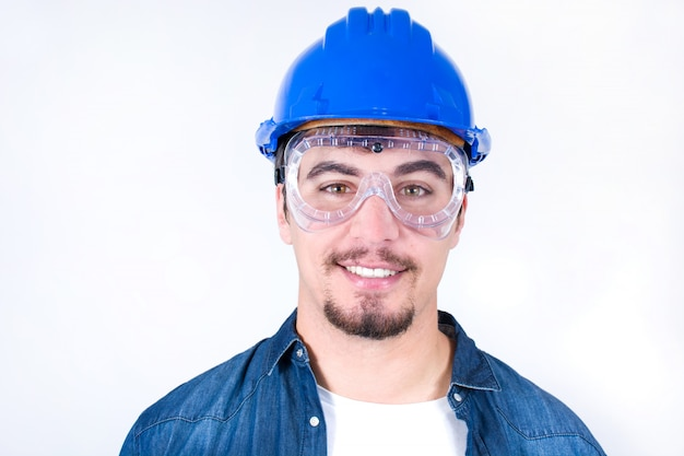 腕を組んで笑顔笑顔若い労働者