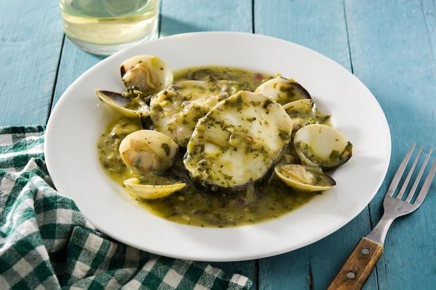 Хек рыба и моллюски с зеленым соусом