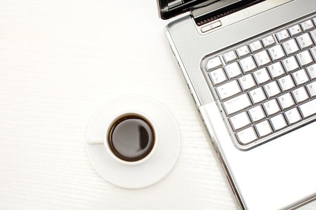 Компьютер и кофе в офисном столе