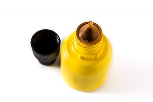 白い表面に分離されたボトルの医療ヨウ素。