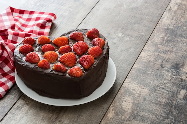 木製の表面にバレンタインの日や母の日のハート型のケーキ