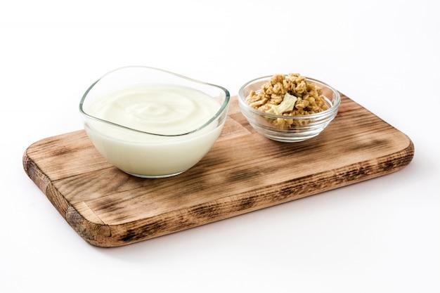 ギリシャヨーグルトと白い表面に分離された穀物