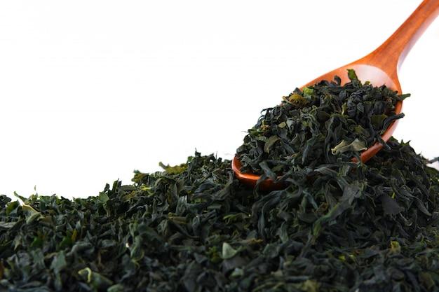 Сушеные японские водоросли вакамэ, изолированные на белой поверхности