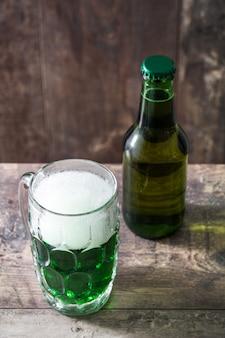 Традиционное зеленое пиво святого патрика на деревянном столе