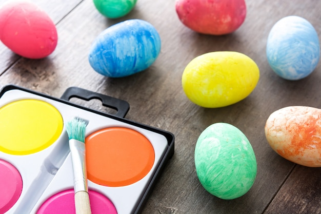 Красочные пасхальные яйца на деревянном столе