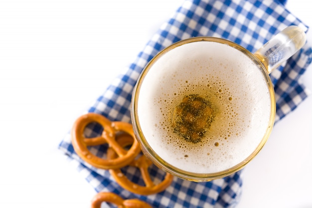 オクトーバーフェストビール瓶と白で隔離プレッツェルトップビュー