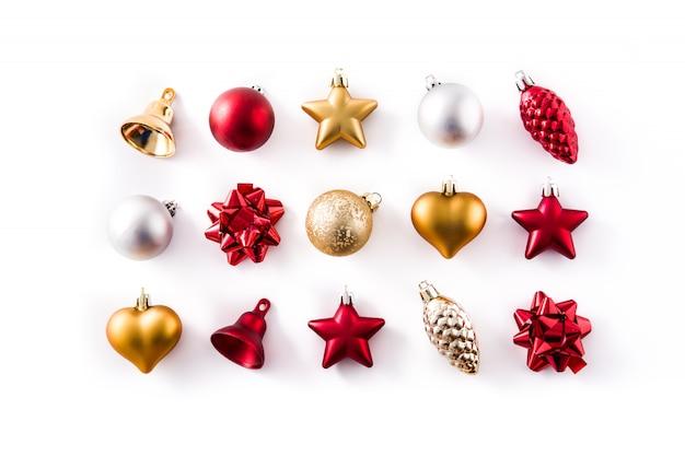 白で隔離されるクリスマスの赤、銀、金の装飾