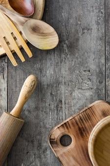 木製テーブルの上の木製の調理器具