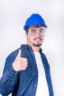 Счастливый работник с большим пальцем вверх