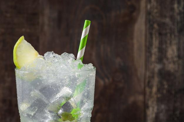 Кайпиринья коктейль из стекла на деревянный стол