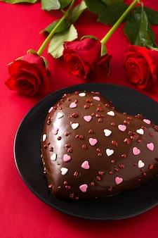 Торт в форме сердца и красная роза на день святого валентина