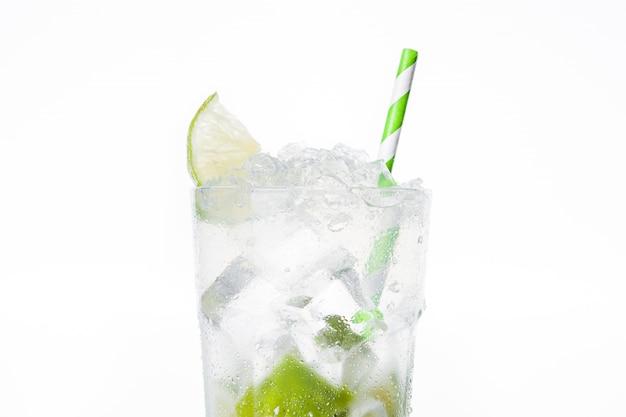 Кайпиринья коктейль в бокале изолированы