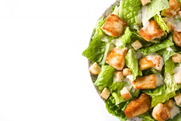 レタス、チキン、クルトンのシーザーサラダ分離平面図コピースペース