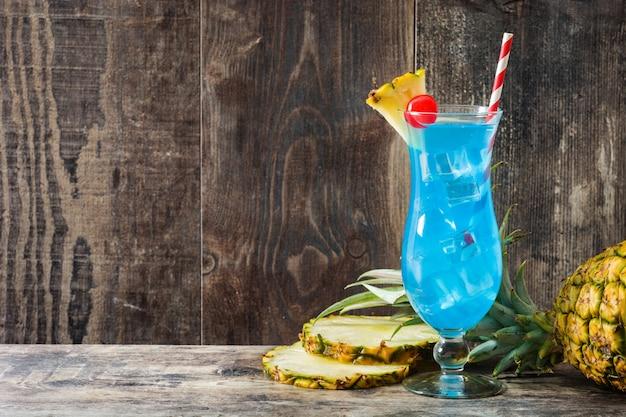 Голубой гаваиский коктеил на деревянном столе.