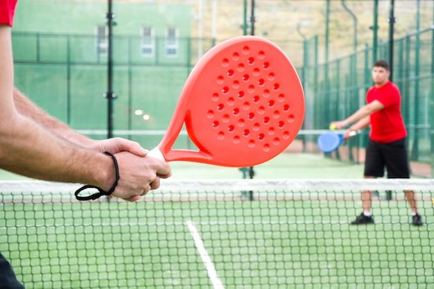 Люди играют в падель-теннис, также известный как паддл-теннис