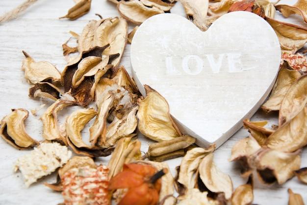 愛という言葉で書かれた木の心