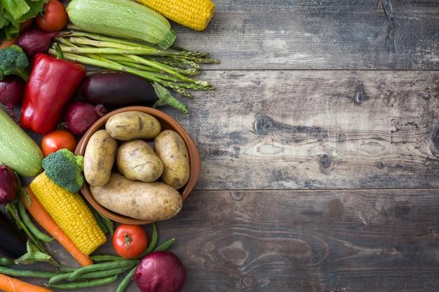 木製のテーブルトップビューコピースペースで様々な健康的な野菜