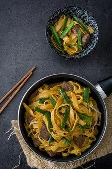 中華料理牛肉の焼きそば黒のフライパンで