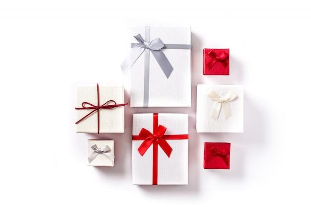 Белые и красные подарочные коробки на белом
