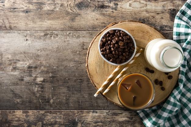 木製のテーブル、トップビューで背の高いグラスにアイスコーヒーやカフェラテ