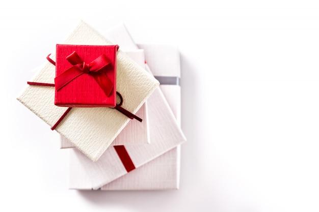 Белые и красные подарочные коробки на белом копия пространство
