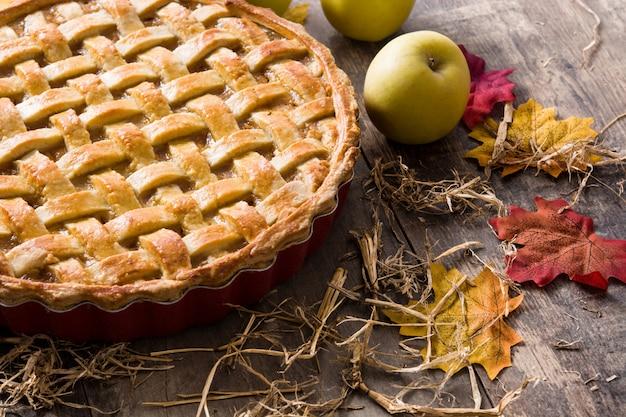 木のテーブルに自家製アップルパイ