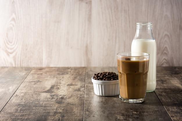 背の高いグラスにアイスコーヒーまたはカフェラテ