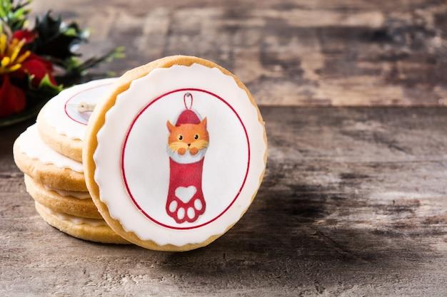 木製のテーブルにクリスマスで飾られたクリスマスバタークッキーを描画します