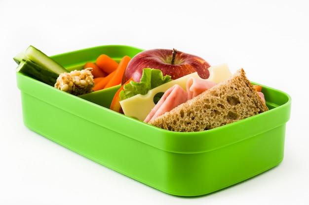 Здоровый школьный обед с сэндвич, овощи, фрукты и сок, изолированные на белом