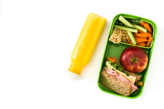Здоровый школьный обед сэндвич овощи фрукты и сок, изолированные на белом