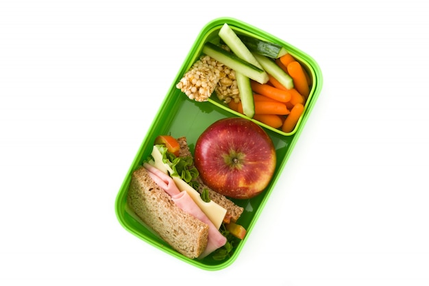 Здоровый школьный обед: бутерброд, овощи и фрукты, изолированные на белом