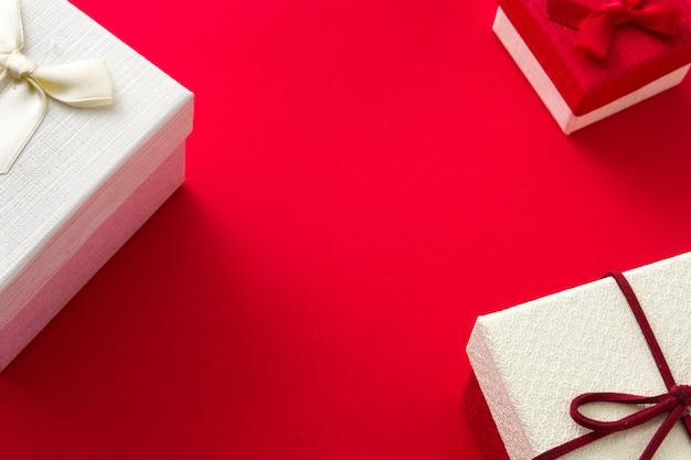白いギフトボックスと赤のクリスマス。コピースペース