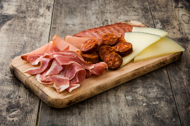 スペインのコールドカットエンブティドスチーズ、ソーセージ、ハムの木製のテーブル