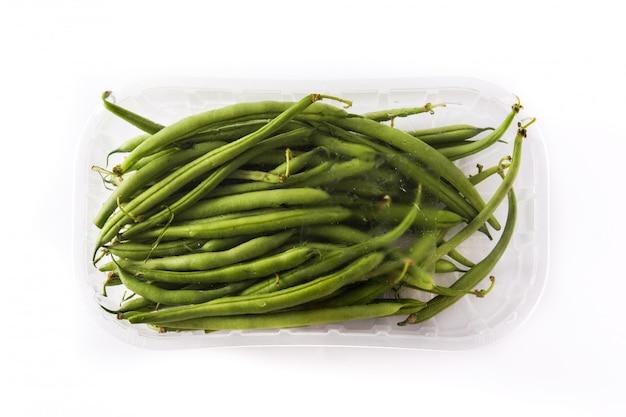 白で隔離されるプラスチックにパッケージ化された緑の豆