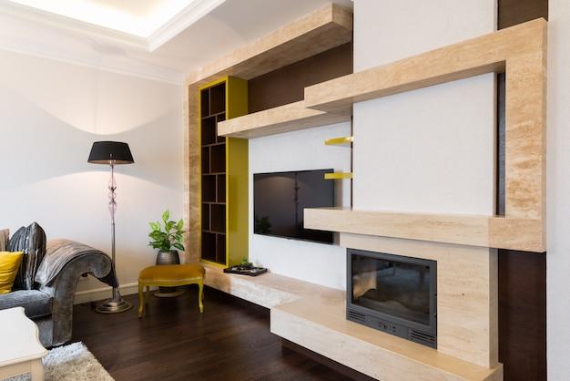 Современный интерьер гостиной с камином