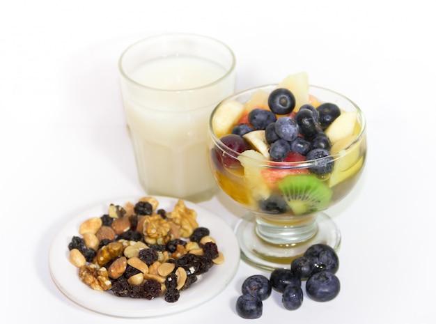 Фруктовые салатные соки и орехи